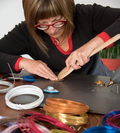 Dorothé Brunel, de Perlipopette en train de créer un bijou